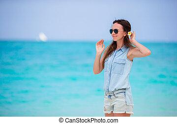 gyönyörű, élvez, nő, neki, vacation., suumer, fiatal, szünidő, tropikus, frangipani, egyedül, közben, haj, menstruáció, tengerpart