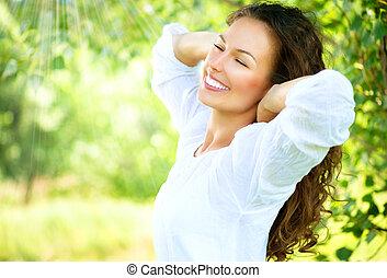 gyönyörű, élvez, nő, természet, outdoor., fiatal