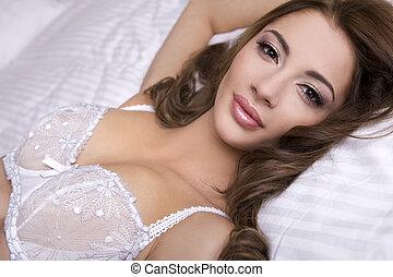 gyönyörű, barna nő, ágy