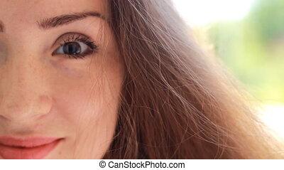 gyönyörű, barna, nő, fiatal, arc, haj, szeles, closeup, fél, portré, mosolygós, day.