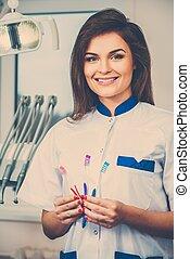 gyönyörű, barna nő, fogász, fiatal, fogász, három, női, sebészet, fogkefe