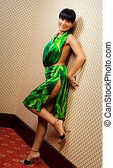 gyönyörű, barna nő, leány, alatt, zöld ruha