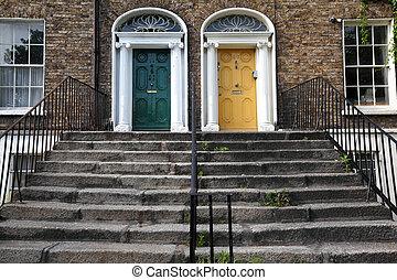 gyönyörű, belépés, lépcsőház, emelet, két, ajtók, épület, először