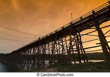 gyönyörű, bridzs, sangklaburi, fából való, köd, kanchanaburi, thaiföld, napkelte