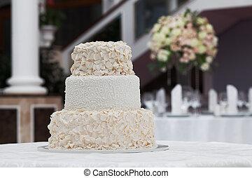 gyönyörű, esküvő torta, asztalon, alatt, étterem