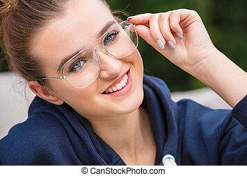 gyönyörű, fárasztó, nő, fiatal, kívül, szemüveg