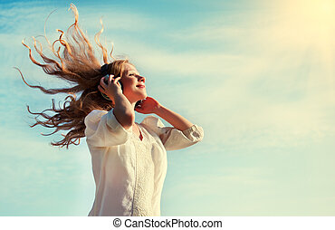 gyönyörű, fejhallgató, ég, zene hallgat, leány