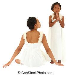 gyönyörű, fekete, anya, lány, portrait., öltözött, mint, angels., anyu, őrzés, gyermek, pray., darabka, path.
