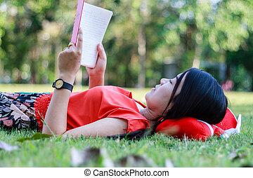 gyönyörű, felolvasás, woman-student, fiatal, könyv, fű