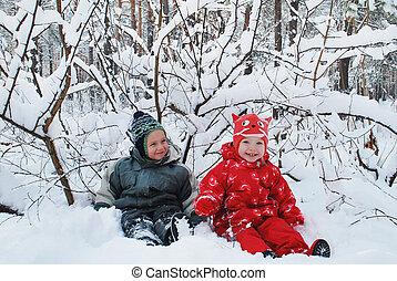 gyönyörű, fiú, snow-covered, tél, ülés, forest., mosolygós,...