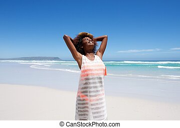 gyönyörű, fiatal, african woman, élvez, egy, nap tengerpart