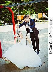 gyönyörű, fiatal, esküvő párosít, dísztér, szőke, menyasszony, képben látható, hinta, egy