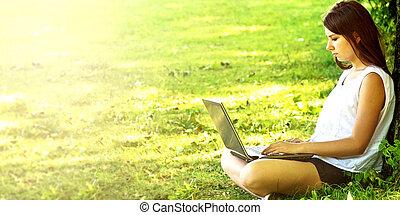 gyönyörű, fiatal, laptop., hallgató, használ, leány