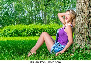 gyönyörű, fiatal, szőke, nő, feltevő, ülés, közel, a, fa