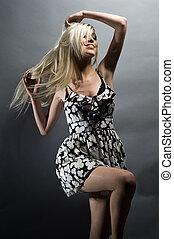 gyönyörű, fiatal, szőke, woman táncol, képben látható, egy, szürke, háttér