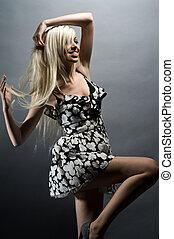 gyönyörű, fiatal, szőke, woman táncol
