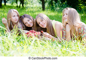 gyönyörű, film, étkezési, nyár, fiatal, földieprek, zöld, 4, háttér, szabadban, móka, lány friends, birtoklás, nők