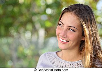 gyönyörű, gondolkodó, woman mosolyog, látszó, felül, külső