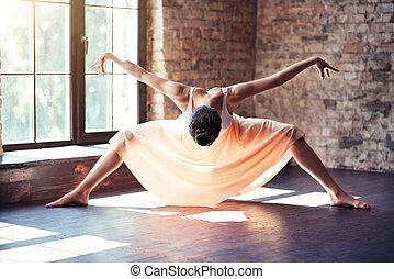 gyönyörű, gyakorló, neki, táncos, női, mozdulatok