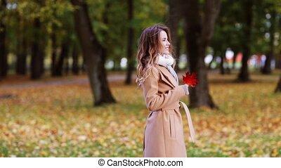 gyönyörű, gyalogló, nő, liget, fiatal, ősz