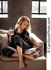 gyönyörű, jókedvű, fiatal, szőke, női, alatt, pizsama, őt élvez, reggel kávécserje, felolvas, könyv, mint, készülődik, helyett, bemutatás, őt ül, nulla, kényelmes, karosszék, alatt, eleven, room., emberek, maradék, és, szabad, concept.