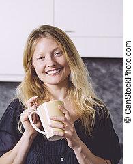 gyönyörű, kávécserje, neki, szőke, birtoklás, konyha