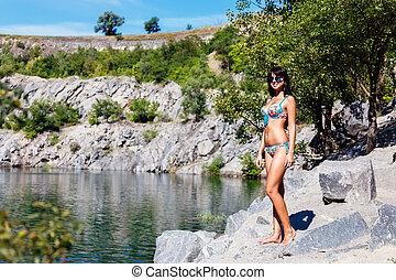 gyönyörű, kicserzett, barna nő, leány, alatt, egy, színes, bikini, álló, anyagi csőd, közel, a, hegy tó