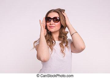 gyönyörű, kisasszony, alatt, elegáns, napszemüveg, felett, white háttér