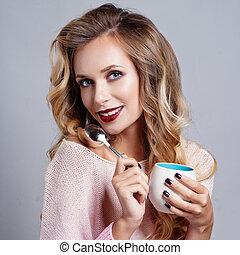 gyönyörű, kisasszony, noha, csésze kávécserje