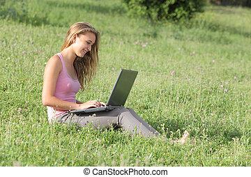 gyönyörű, laptop, fű, tizenéves, leány