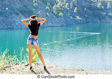 gyönyörű, leány, álló, képben látható, egy, felföld, tengerpart