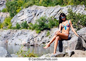 gyönyörű, leány, alatt, egy, színes, bikini, őt ül, képben látható, egy, kő, közel, egy, hegy tó