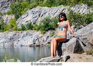 gyönyörű, leány, alatt, színes, bikini, őt ül, képben látható, egy, kő, közel, a, hegy tó