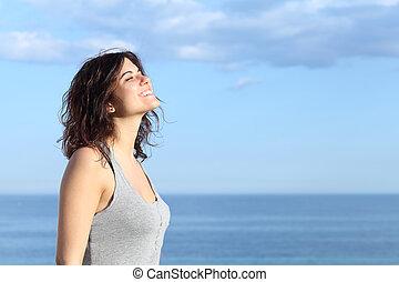 gyönyörű, leány, lélegzés, és, mosolygós, a parton