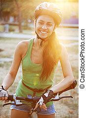 gyönyörű, lovaglás, nő, bicikli, fiatal