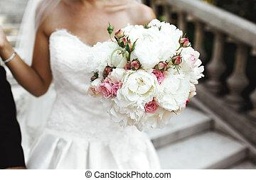 gyönyörű, menyasszony, birtok, friss, agancsrózsák, esküvő bouquet, closeup
