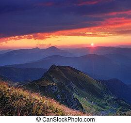 gyönyörű, napkelte, a hegyekben