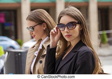 gyönyörű, ??, napszemüveg, ügy, két, young women