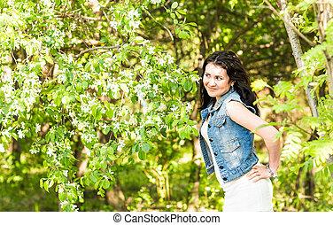 gyönyörű, nyár, gyalogló, nő, eredet, liget, vidám, napos, meleg, zöld, faj, kevert, sun., leány, élvez, ruha, nap
