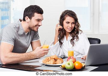 gyönyörű, párosít, birtoklás, reggeli, noha, egy, laptop