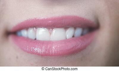 gyönyörű, rózsaszínű, kiállítás, feláll, fiatal, ajkak, fog, becsuk, mosolyog lány