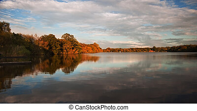 gyönyörű, reflec, felett, tó, ősz, kristály, napnyugta, ...