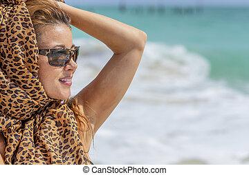 gyönyörű, spanyol, formál, élvez, egy, nap tengerpart