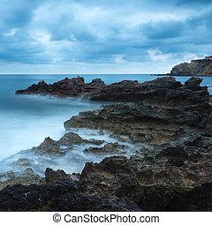 gyönyörű, sziklás, felett, tengertől távol eső, táj, tenger, hajnalodik, napkelte, partvonal