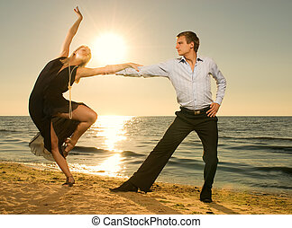 gyönyörű, tánc, párosít, fiatal, tangó, naplemente tengerpart