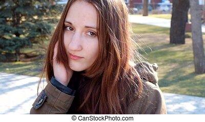 gyönyörű, tízenéves kor, nő, fiatal, spanyol, feltevő, szabadban, mosoly, teljes