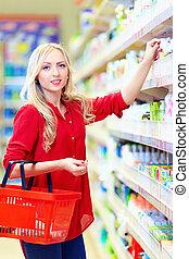 gyönyörű, termék, nő, személyes, élelmiszer áruház, eldöntés, törődik