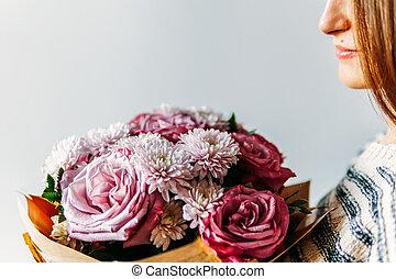 gyönyörű, virág, agancsrózsák, bíbor, csokor, leány, ajándék