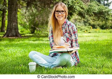 gyönyörű, vizsga, női, ülés, liget, fiatal, írás, jegyzet,...