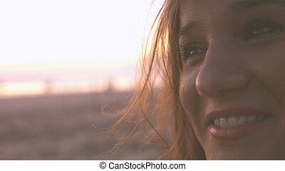 gyönyörű woman, életmód, meglehetősen, sikeres, fiatal, feláll, napnyugta, háttér, becsuk, portré, mosolygós, élvez, tengerpart, boldog